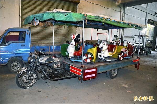 麟洛旋轉木馬移往保管場,監理所要求車體銷毀,鄉長爭取原車保留。(記者葉永騫攝)