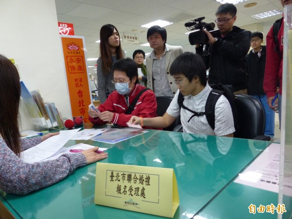 同志伴侶小丁與瑞上月登記參加北市聯合婚禮,民政局經審理後,決定拒絕她們的申請。(資料照,記者蕭婷方攝)
