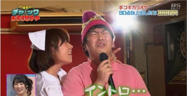 日本綜藝節目再開大尺度演出,讓來賓挑戰「邊打手槍邊唱歌」。(圖擷取自YouTube)