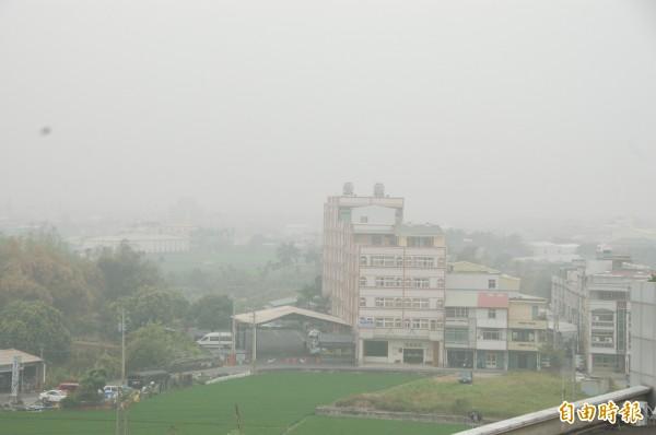 雲林pm2.5污染嚴重,天空總是灰濛濛,立委主張修環境3法及區域總量管制,捍衛空氣品質。(記者林國賢攝)
