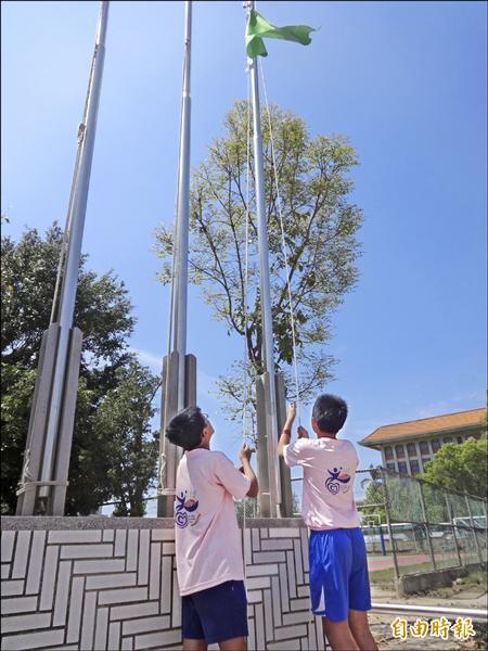 百年來首遇,西螺文昌國小校慶先升空污旗再慶祝 。(記者廖淑玲攝)