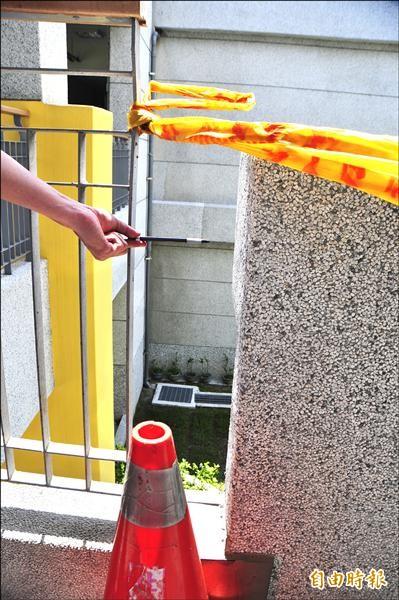 二樓欄杆和水泥花台間的縫隙寬度超過廿公分,萬一小朋友瘦小的身軀穿過去,就會從二樓摔到一樓。(記者花孟璟攝)