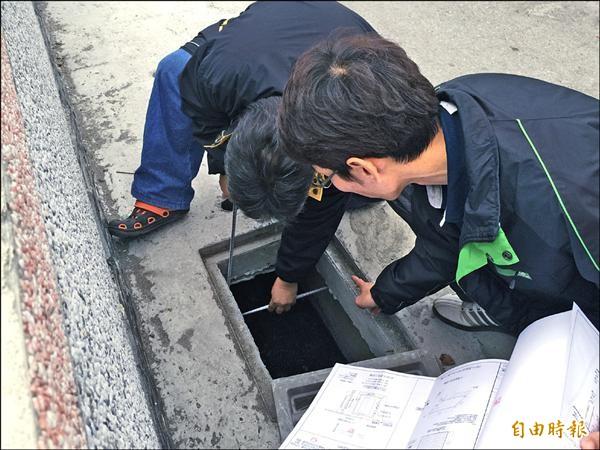 秀林鄉代會偕同鄉公所及專業技士,進行基礎工程品質現勘。(記者王峻祺攝)