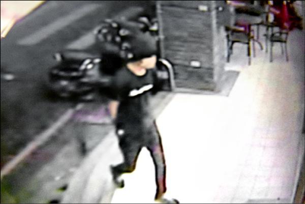 結夥行搶超商的黃姓少年走入超商的監視畫面。(記者蔡宗勳翻攝)