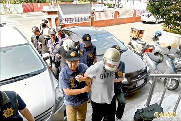 嘉義警方在台中市逮捕3名嫌犯。(記者蔡宗勳攝)