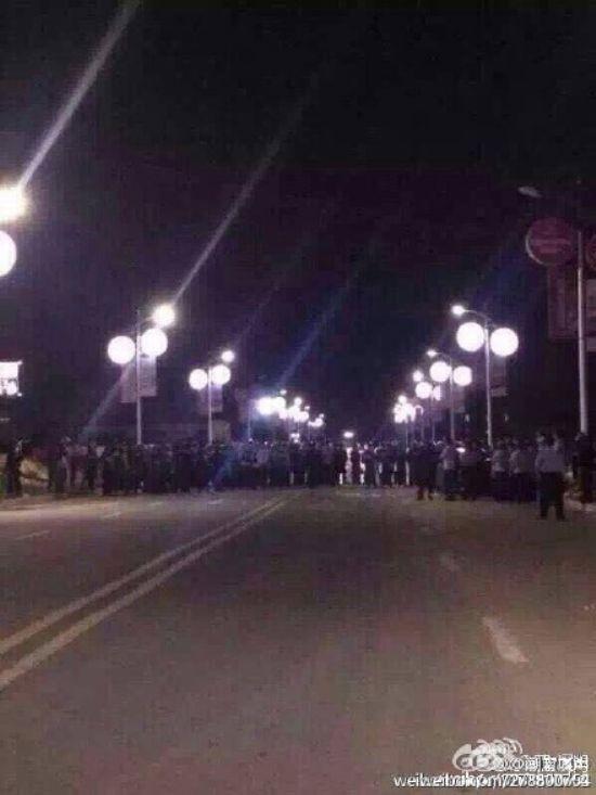 中國廣東省普寧市的民眾,不滿政府強硬徵地,昨晚聚集強闖高鐵站,扔擲汽油彈引起爆炸。(圖擷取自微博)