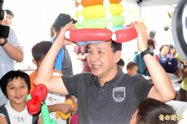 新北市長朱立倫出席兒童節活動,開心戴氣球禮帽,逗小朋友開心。(記者陳韋宗攝)