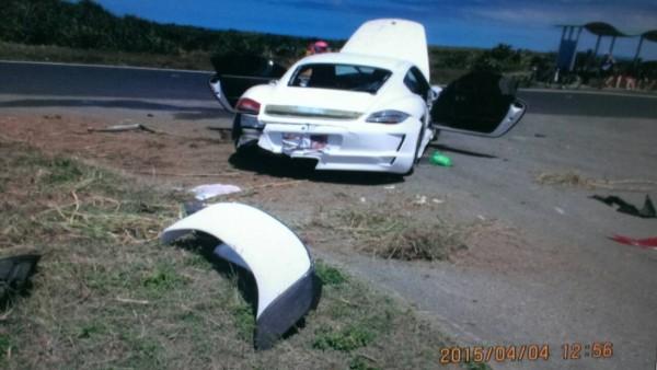 保時捷911撞爛。(記者蔡宗憲翻攝)