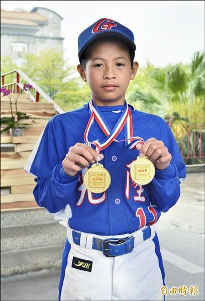 太平光隆國小棒球隊拿到台中市主委盃少棒賽冠軍,主戰投手宋俊祥包辦投手獎和MVP兩個獎項。(記者陳建志攝)