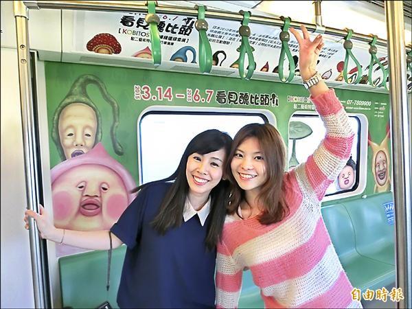 乘客開心與醜比頭合影。(記者葛祐豪攝)