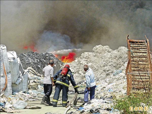 溪湖鎮1家佔地千餘坪的膠塑袋回收工廠堆放太多易燃物品,火勢燒了5個多小時才控制住。(記者張聰秋攝)