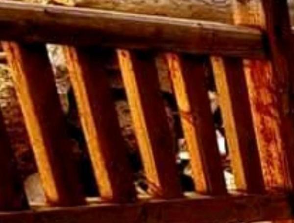 林姓網友日前在竹南龍鳳漁港觀景台,拍到疑似人臉的詭異照片,引發網友熱議,也有人連想到多年前的賴紹本命案。(翻攝自臉書《竹南大小事》)