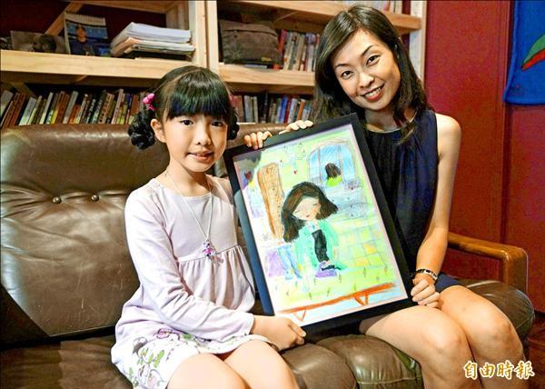 「女孩兒畫畫愛」畫展,八歲王愷樂畫出正在燙衣服的媽媽,讓媽媽覺得好窩心。(記者陳炳宏攝)