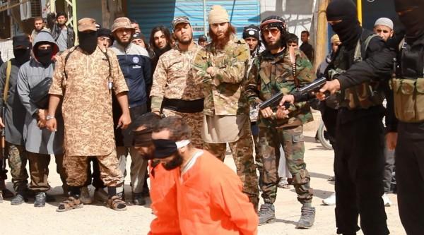 2名被處決平民身穿橘色囚裝,跪在街頭且雙眼被矇起。(圖擷取自網路)