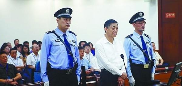 中國自國家主席習近平上任以來,「打虎拍蠅」不間斷,也揭發了貪官「無所不貪」的誇張行徑,圖為前中共中央政治局委員薄熙來受審時的照片。(圖擷自中國《詩華日報》)