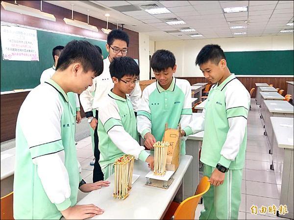 論文發表暨研討會」,獲得創新發明組第二名和創新實用組第三名,學生展現實驗實作精神,有此成績很不簡單。(記者洪美秀攝)