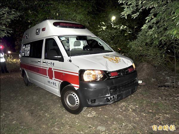 救護車被人開走棄置在基隆市自強產業道路樹林間,車頭撞凹。(記者林嘉東攝)