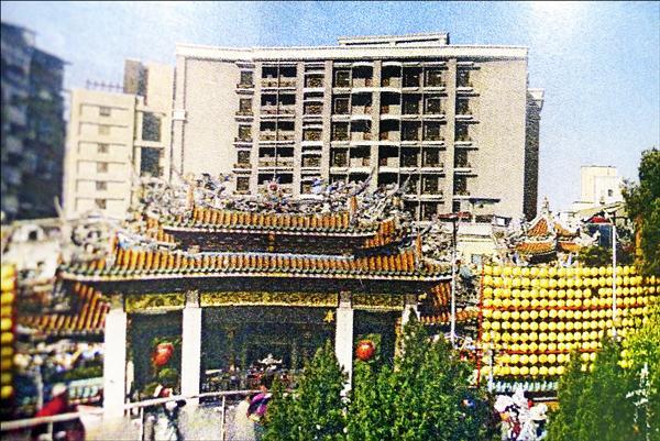 即便修改成十二層樓,從廣場看過去,龍山寺頭頂上還是會「長」出五層樓西式建築。此建案外觀立面採淺白色板岩丁掛磚、咖啡色偏灰花崗岩燒面,風格為西式新典雅。(取自都市設計審議報告書)