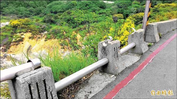 北投山區出現「鐵老鼠」,將路旁護欄鐵環撬開,再把每公尺價值6000元的欄杆偷走。(記者郭逸攝)
