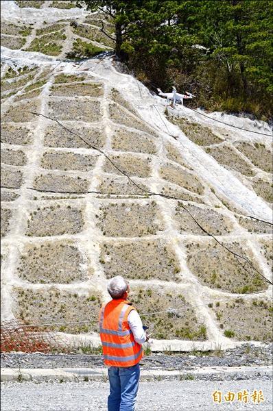 公路總局關山工務段利用空拍機,了解邊坡及橋樑情況,成為道路工程的輔助新工具。(記者王秀亭攝)