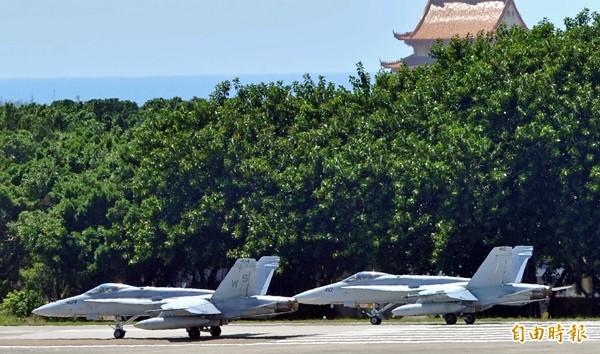一日兩架美軍F-18大黃蜂戰鬥機迫降台南機場,三日維修完畢後離台。圖為三日F-18戰機一前一後飛離台南空軍基地前的畫面。(資料照,記者黃志源攝)