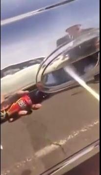 這名澳洲男子是在打開車門時,感覺到「毛茸茸的東西」,從他拍下的短片可知,受到驚嚇的他選擇用噴霧劑噴灑把手。(圖擷自YouTube)