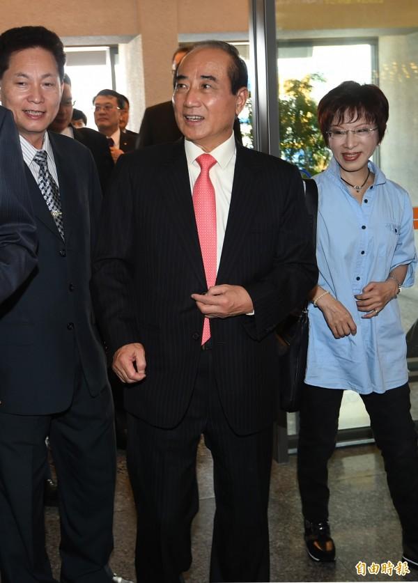 立法院長王金平(中)今日率朝野立委訪問日本,副院長洪秀柱(右)與立委盧嘉誠(左)前來送機。(記者張嘉明攝)