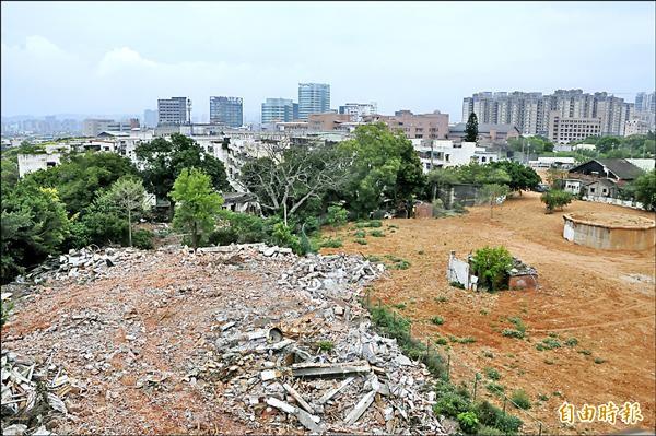 忠貞新村寡婦樓四面圍牆遭人連夜拆除,附近的眷村也幾乎都被拆光光。(記者洪美秀攝)