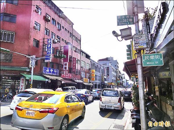 民生西路與重慶北路口以西,因交通號誌不一致,每逢假日便塞車。(記者蕭婷方攝)