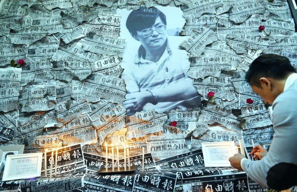 A man stands before a memorial set up by the Shih Ming-te Foundation to Taiwanese democracy pioneer Deng Nan-jung in Taipei yesterday. Photo: Chang Chia-ming, Taipei Times