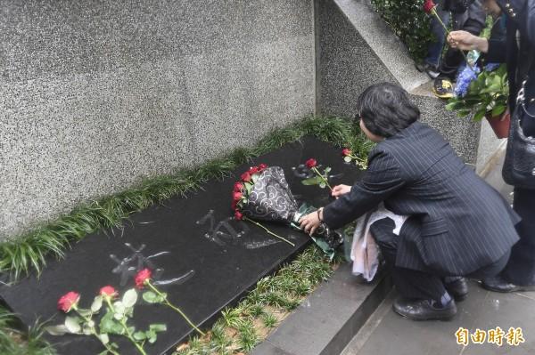 「鄭南榕殉道26週年紀念活動」在金寶山自由之翼墓園舉行,鄭南榕先生遺孀葉菊蘭(右)到墓前獻花。(記者陳志曲攝)