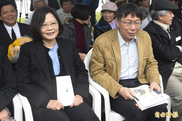 台北市長柯文哲(右)與民進黨主席蔡英文(左)等人出席鄭南榕殉道26週年紀念活動」。(記者陳志曲攝)