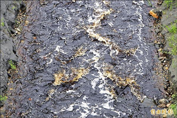 華紙排放的滾滾污水,在河道中激起一波波「有顏色」的浪花。(記者花孟璟攝)