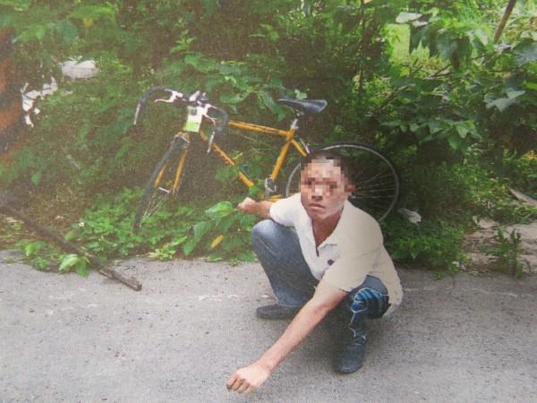 張姓慣竊竊得高級自行車後,還刻意藏匿放到樹叢內上鎖,讓警方哭笑不得。(記者鄭鴻達翻攝)