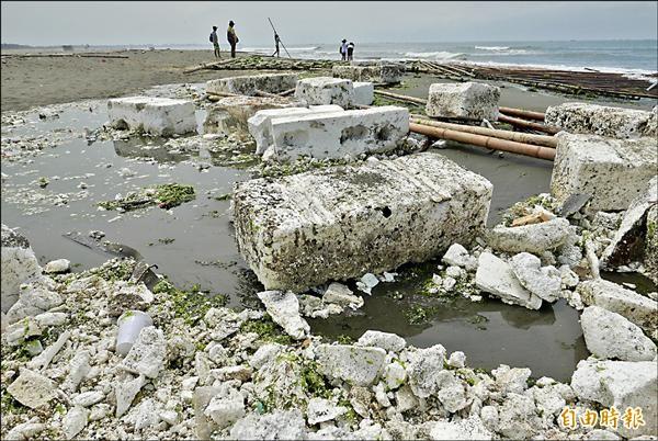 四鯤鯓安平港南堤沙灘又出現了不少漁用保麗龍,散落在海灘上。(記者蔡文居攝)