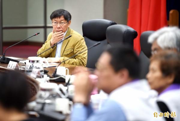 台北市長柯文哲(左)8日出席「市長與里長市政座談會」,聆聽里長提案建言。(記者方賓照攝)