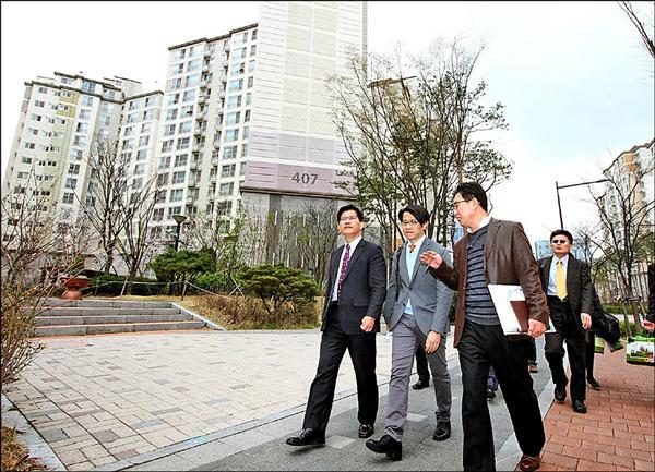 台中市長林佳龍(左一)參訪首爾的社會住宅表示,市府預計8年興辦1萬戶社會住宅,目前先規劃在10處地點推動,約可興辦4000戶。(台中市政府提供)