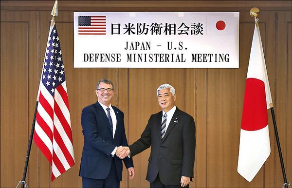 美國國防部長卡特(左)八日訪日,與日本防衛大臣中谷元(右)舉行會談,雙方預定本月底公布新版的「美日防衛合作指針」。 (美聯社)