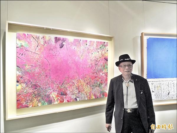 獲得第十八屆國家文藝獎的陳正雄,在交大展出抽象作品,色彩豐富,也充滿音樂律動,就像無詞的樂曲。(記者洪美秀攝)