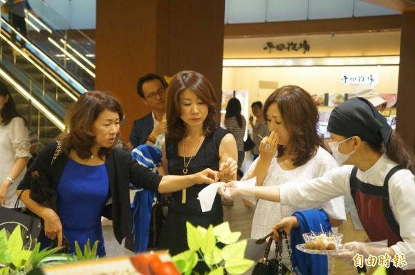 高雄玉荷包甜蜜好滋味,參加日本東京食品展,深受消費者喜愛。(記者陳文嬋攝)