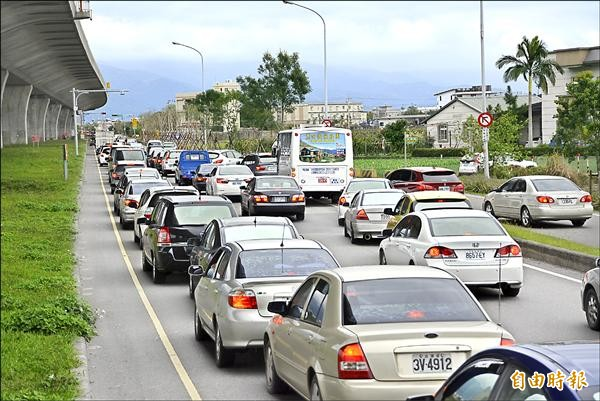 國五遇逢假日,高公局啟動匝道儀控,車流嚴重回堵,為解決塞車,高公局計畫推出「車牌單雙號」分流上路。(資料照,記者游明金攝)