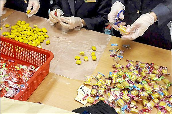 桃園機場海關與航警局安檢隊,昨天聯手查獲一起以糖果夾藏毒品海洛因走私案。(記者朱沛雄翻攝)