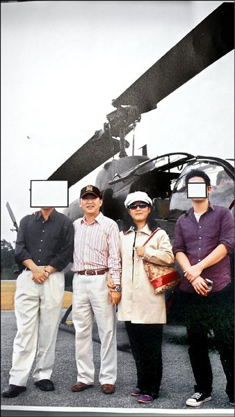 北市議員李慶元爆料,五年前當時的十軍團指揮官趙希平(左二)曾率團參訪眼鏡蛇直升機,一行人狂拍照片、進機艙,無人敢攔阻。(李慶元提供)