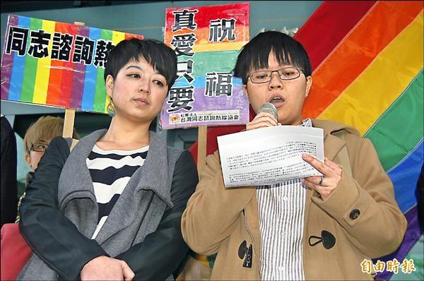 女同性伴侶陳凌(右)、呂欣潔(左)希望獲得法定的婚姻保障。(記者楊國文攝)