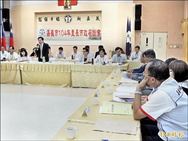 嘉義市長涂醒哲昨天在里長市政座談會動怒,認為市府官員不應該「找藉口,不做事」。(記者丁偉杰攝)