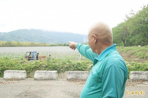住在火龍果農園旁的住戶也受不了雞糞肥料的惡臭。(記者王秀亭攝)