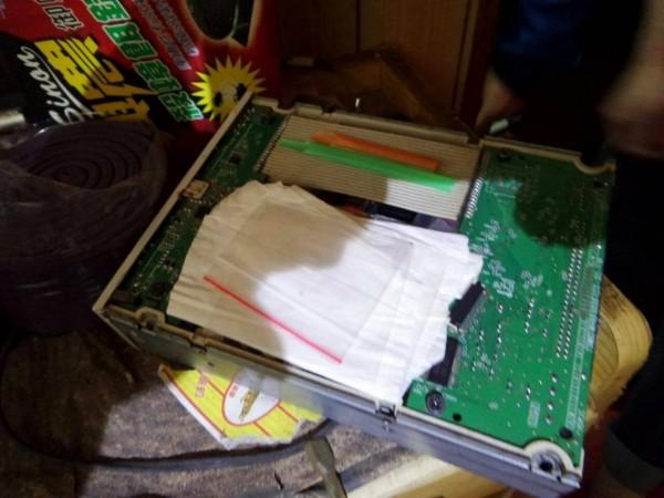 新竹縣警方搜索廖姓男子住處時,他主動交出這個藏有5小包安非他命的外接式硬碟盒,但在場員警又在沙發中找出另外5小包。(圖由警方提供)