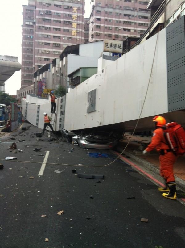 鋼樑掉落砸車,銀色自小客當場被壓成廢鐵。(記者許國楨翻攝)
