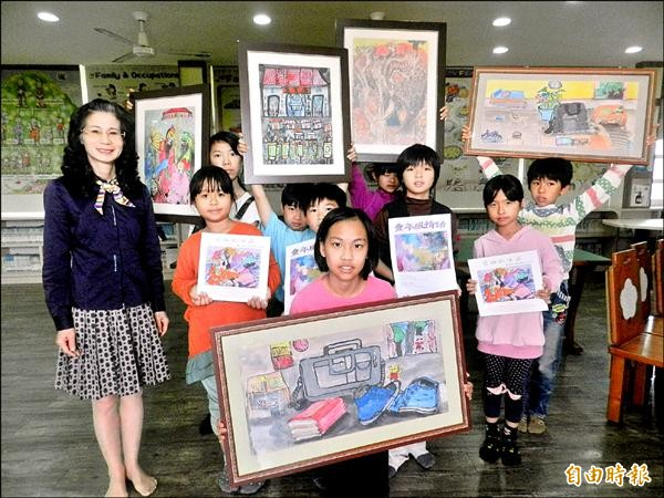 明德國小全校學童都是小小藝術家,開畫展還出畫冊。(記者鄭旭凱攝)