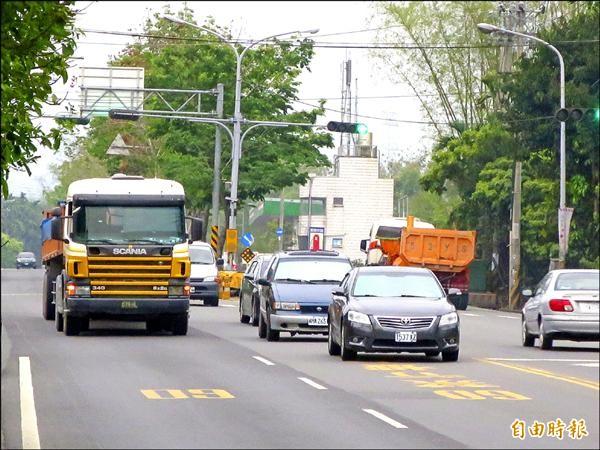 台十六線砂石車往來眾多,負重大、車速快,對道路與居民都造成嚴重影響。(記者劉濱銓攝)